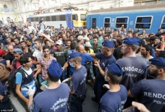 1. -Migrants_and_police_pictured_at_Keleti_railway_station_in_Budape-aDaily Mail09